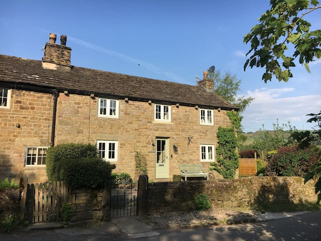 Idyllic, dog friendly cottage with pub and views