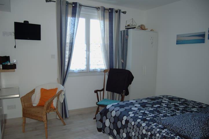 Chambre 1 fenêtre vue sur parc  volet roulant électrique avec linge de lit