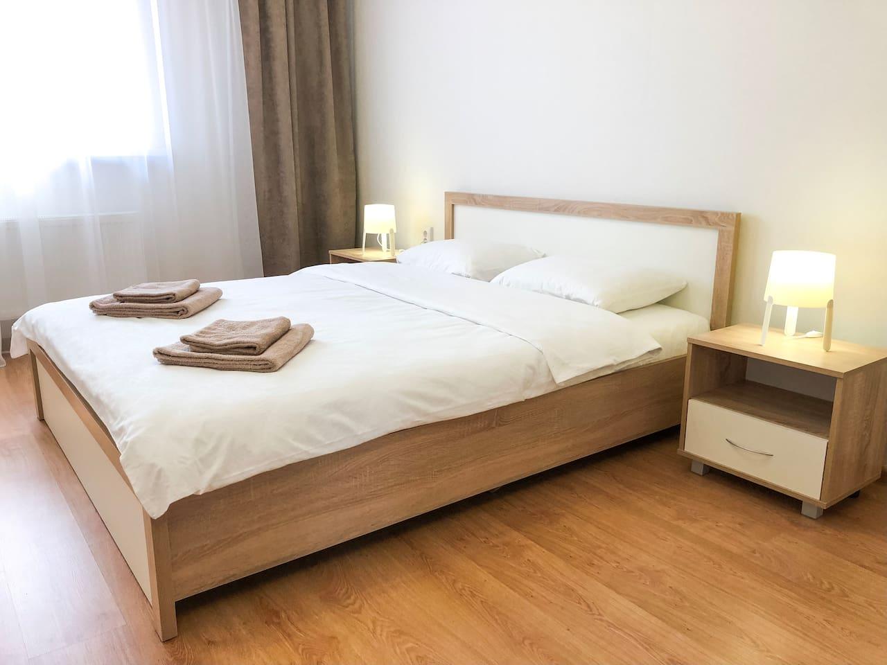 Двуспальная кровать King Size в спальне/Double King Size Bed in the bedroom