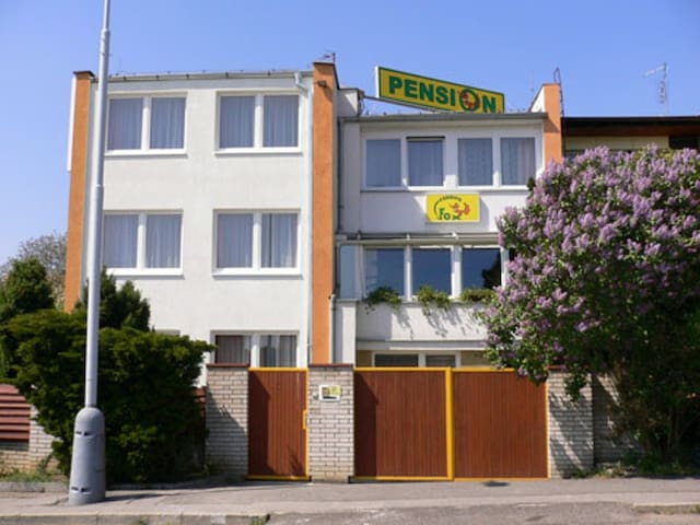 Cozy pension  in villa zone 15 min to city centre - Praga - Bed & Breakfast