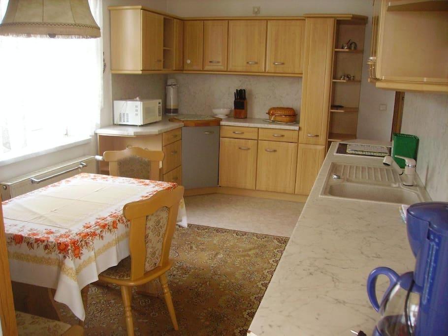 Küche mit Kaffeemaschine, Toaster, Wasserkocher, Herd, Geschirrspüler