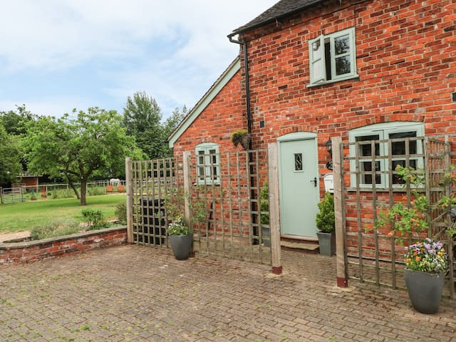 LAUREL COTTAGE, pet friendly, with pool in Brereton, Ref 971361