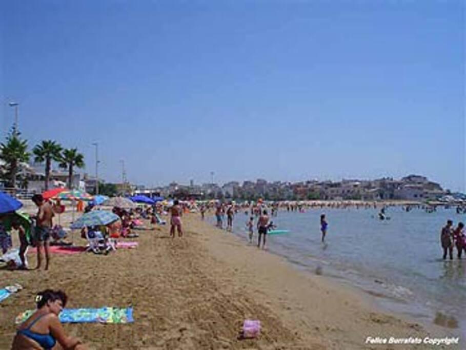 spiaggia adiacente la casa vacanza