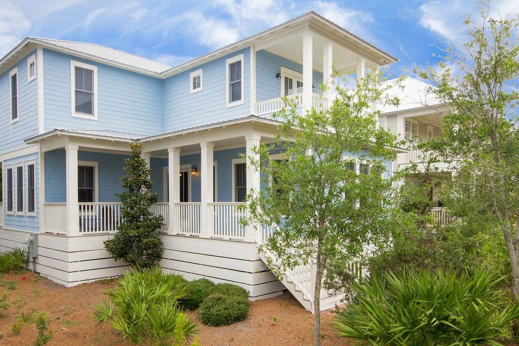 The Picturesque Blue Beauty of Dick's Beach Retreat