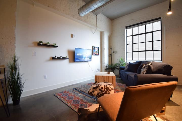 Stylish Industrial Loft   KING BED   w/Work Space