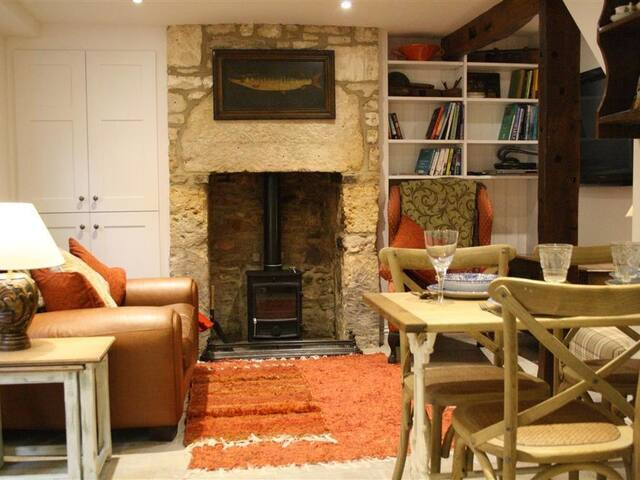 MAD MOLLY'S COTTAGE, pet friendly in Winchcombe, Ref 988596