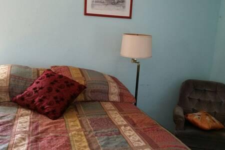 Private bedroom in quaint neighborhood - Oakland - House
