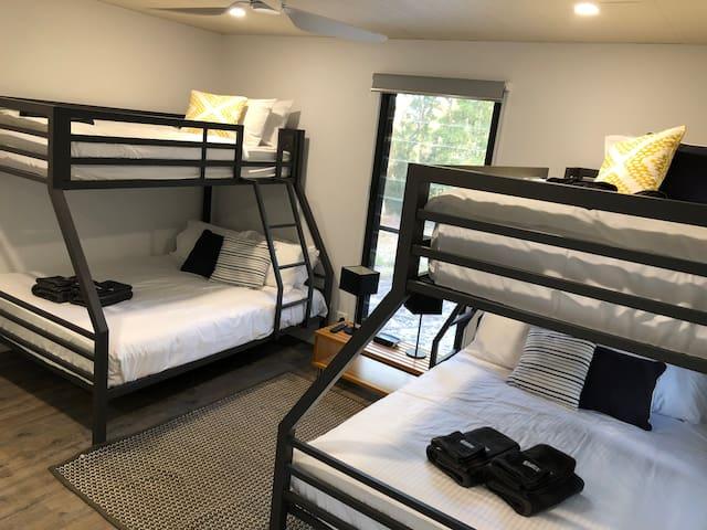 Bunk room - 2 x double + 2 x single - sleeps 6 with AC and Smart TV/Netflix