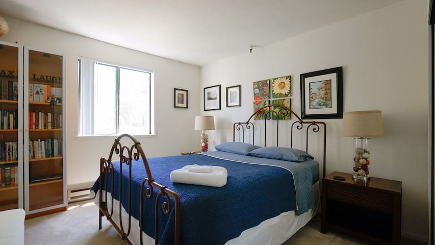 Quiet, Cosy Bedroom with Private Bathroom