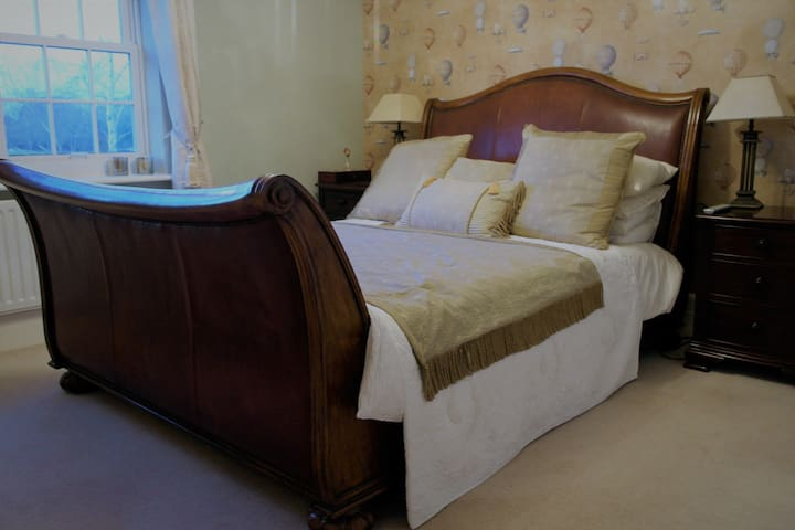 Superb King size bedroom & ensuite, great location