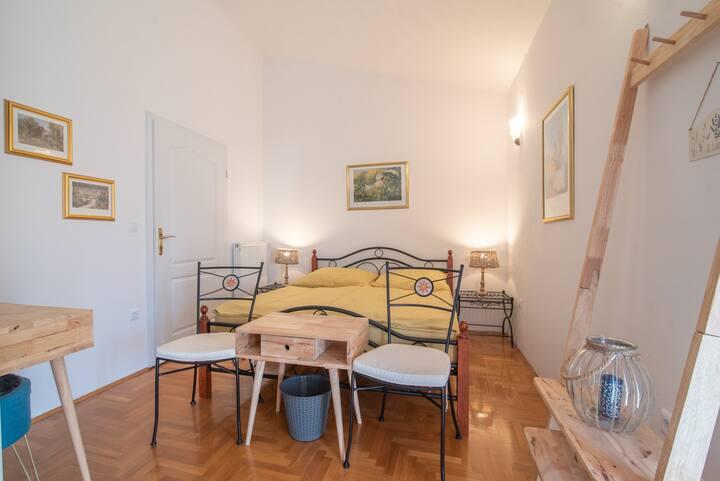 VIlla Vera Room 2 - Fuchsia