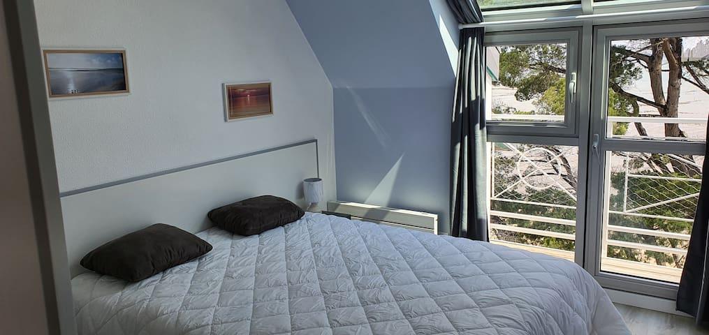 Ch 1 vue mer  avec son balcon  1 lit 160x200  Tres grande penderie  dans la chambre