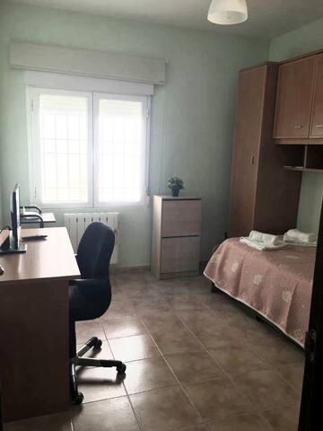 Habitación con cama nido, armarios y escritorio