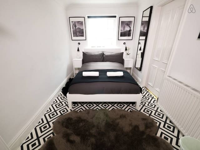 Stylish City Centre Apartment Sleeps 4