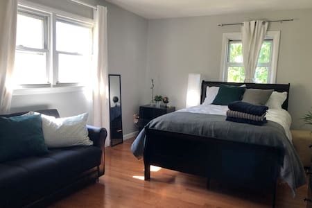 (3) Bright bedroom close to NYC