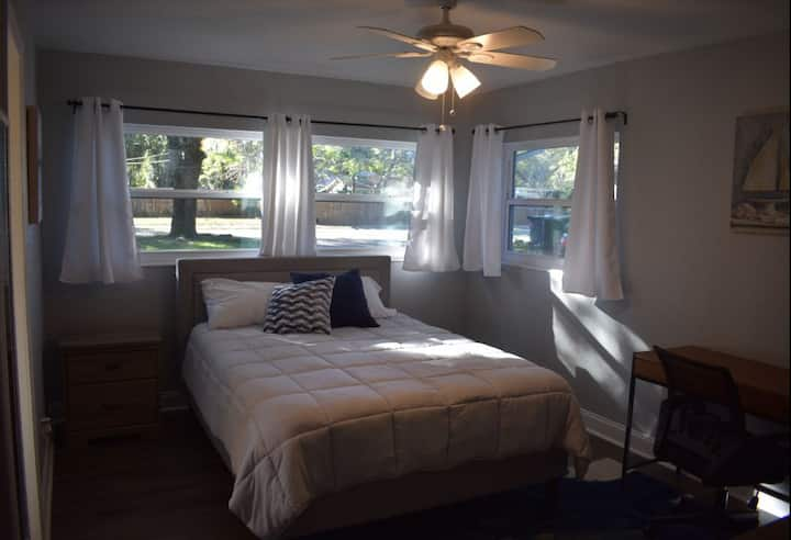 Private bedroom & bathroom in Seminole Heights