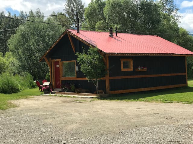 Cozy two bed cabin/ 15 min to Kicking Horse ski