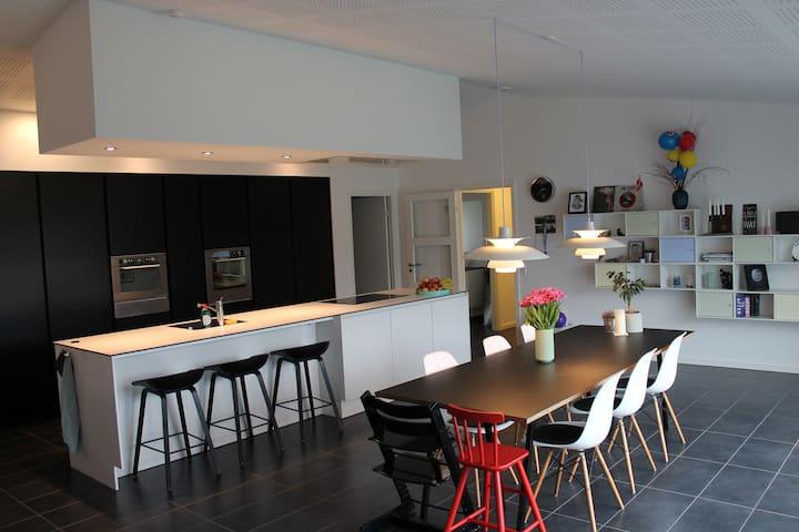 Lækkert nybygget hus med stor have - Svendborg - Huis