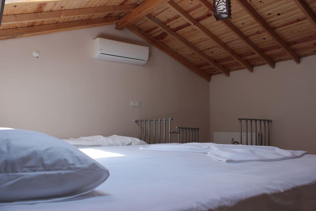 Gökyüzü manzaralı yatak odası