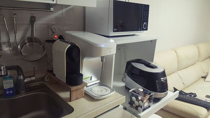커피머신과 정수기, 전자렌지 사용 가능합니다.