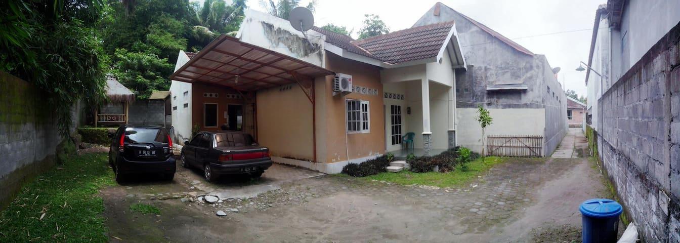 bagian depan rumah, dengan area parkir yang luas dan muat sampai 3 mobil