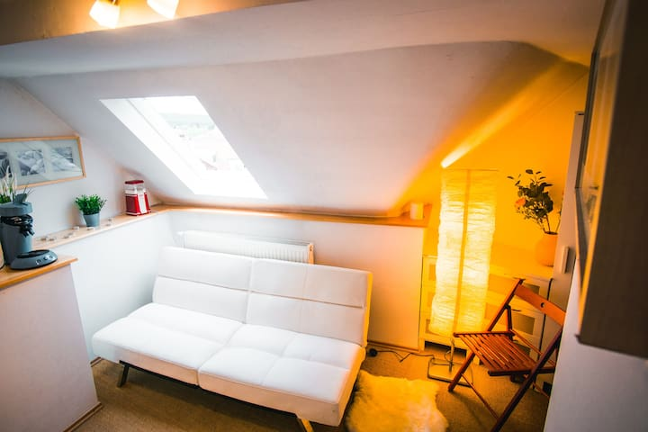 Das Sofa unten lässt sich zur Schlafcouch ausklappen