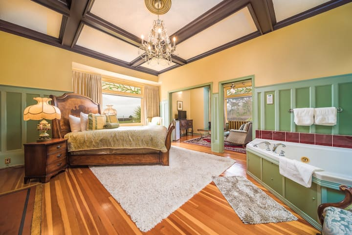 Oxford Grand: Ocean Views and Jacuzzi Tub