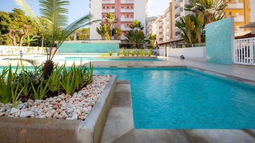 Apto com 5 piscinas, 350m da Praia do Pereque Açu