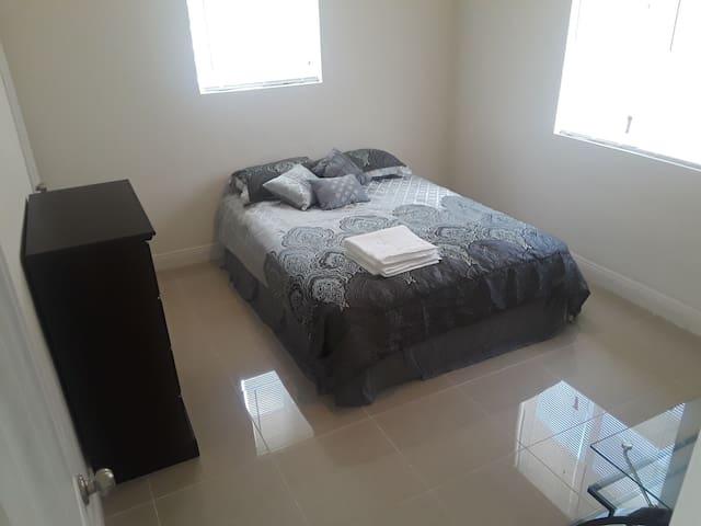 Modern Master bedroom/ Private bath/ beach in 7min