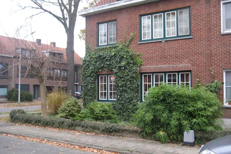 Double bedroom with TV. Near the center. - Turnhout - House