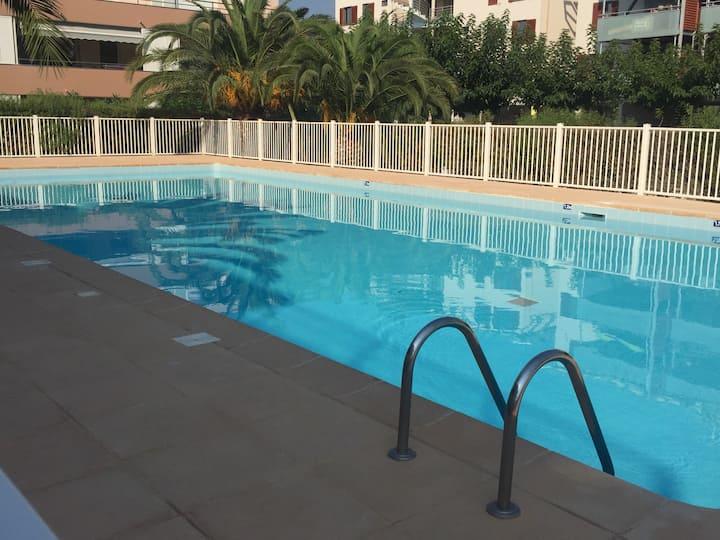 Beau studio avec terrasse piscine  parking privé