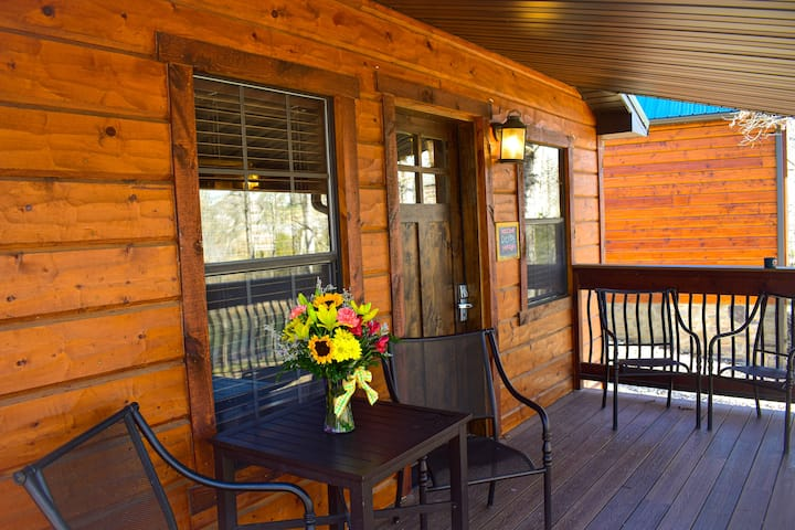 Luxury Waterfront 1-Bdrm Cabin Steps from the Lake