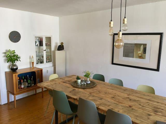 Esstisch/Minibar Dining table/Minibar