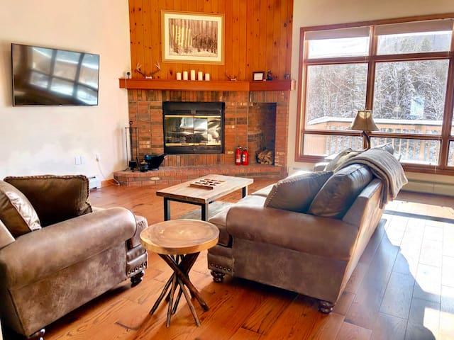 MWP61: Fully Renovated Townhouse in Bretton Woods with Ski Slope Views, Free Shuttle, WiFi. DISCOUNTED SKI TICKETS!