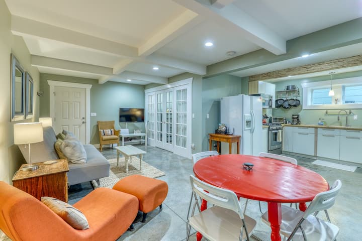 Modern dwelling in North Admiral neighborhood w/ bright interior and open layout