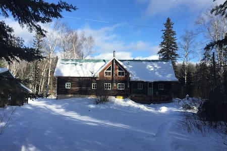 Beautiful Log Chalet on Matawin River - Saint-Guillaume-Nord