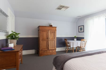 Gorgeous King BR with B/Fast. Great w/end getaway. - Darlington - Bed & Breakfast