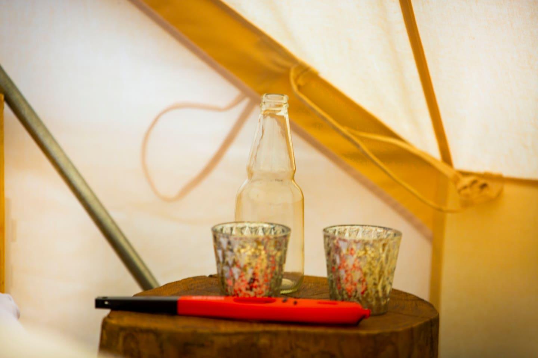Inside the tent you will find everything you need for a comfort stay (Dentro de la tienda encontrará todo lo que necesita para una estadía confortable)