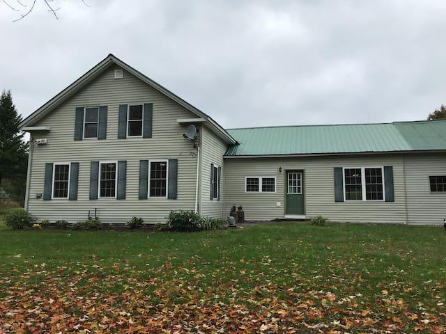 1860's Historic Farmhouse-Solitude Near Activities
