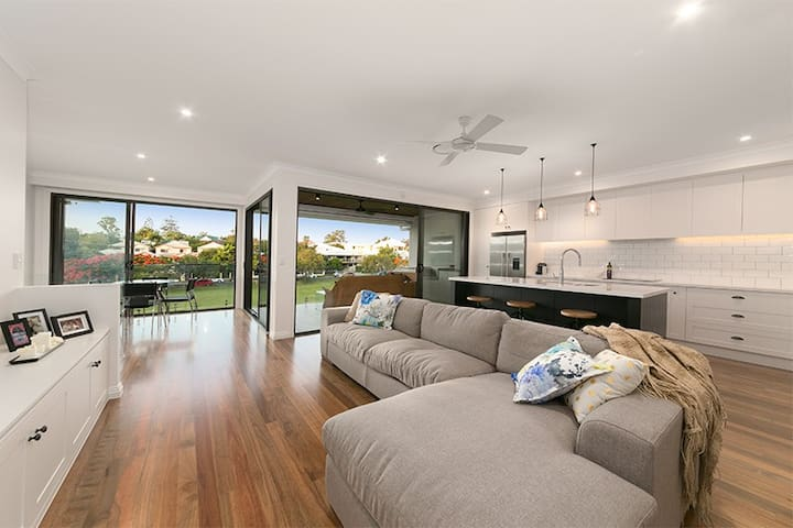 Upmarket Parkside Townhouse - Yeronga