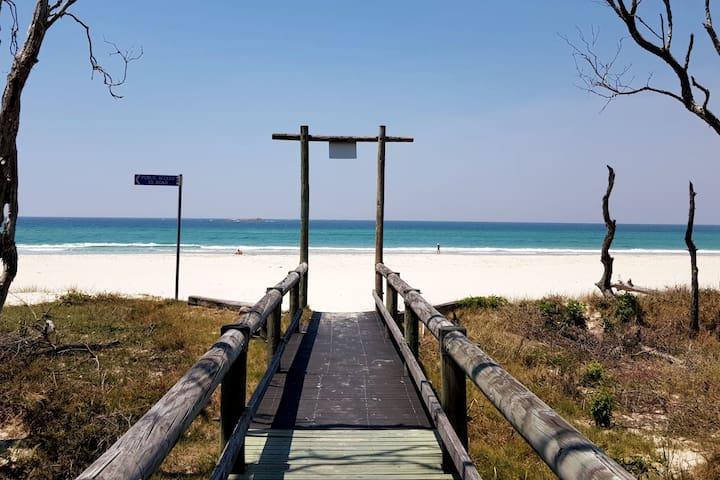 The Kraken - Absolute Beachfront Resort Retreat
