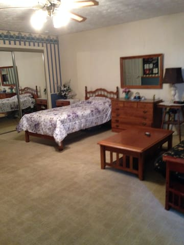 Free ride from airport master suite in Greenwood - Greenwood - Casa
