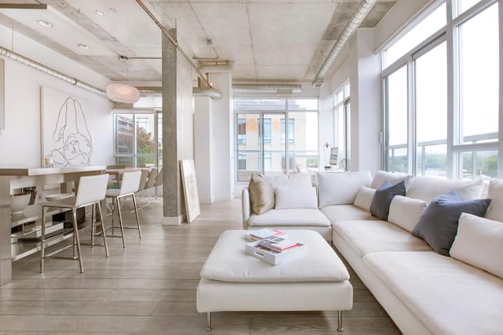 LUXURY Penthouse Loft across from Bellwoods Park