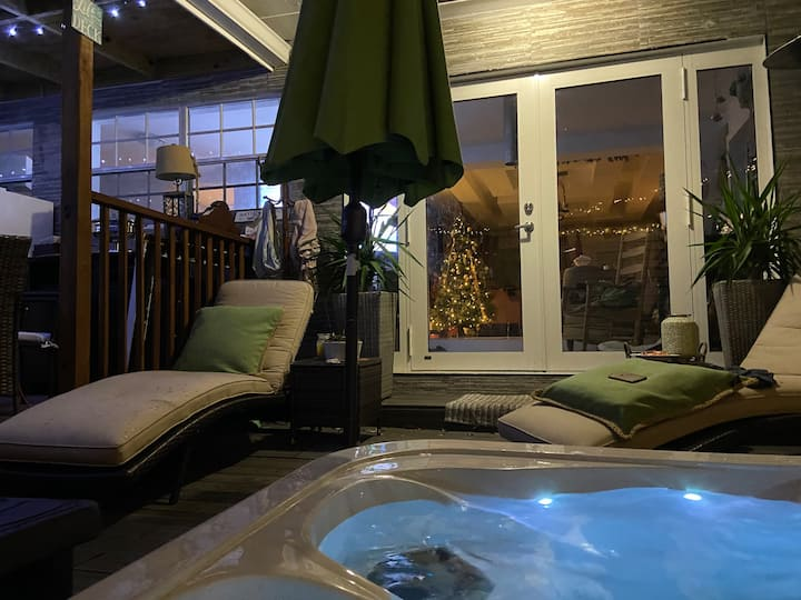 """Private Villa with 4 BR+Hot Tub+Deck+Patio+More"""