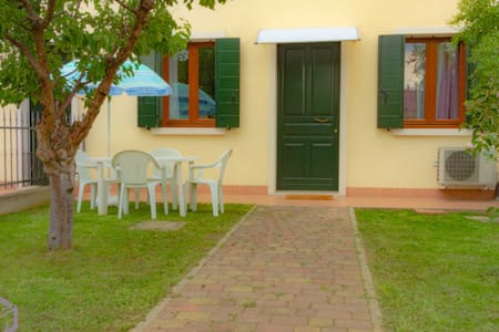 The Jasmine Apartment with beautiful garden, Wi-fi and parking available