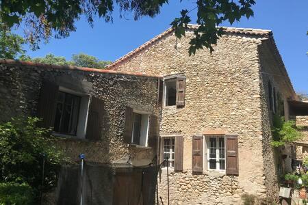 Ancien mas au coeur d un hameau medieval