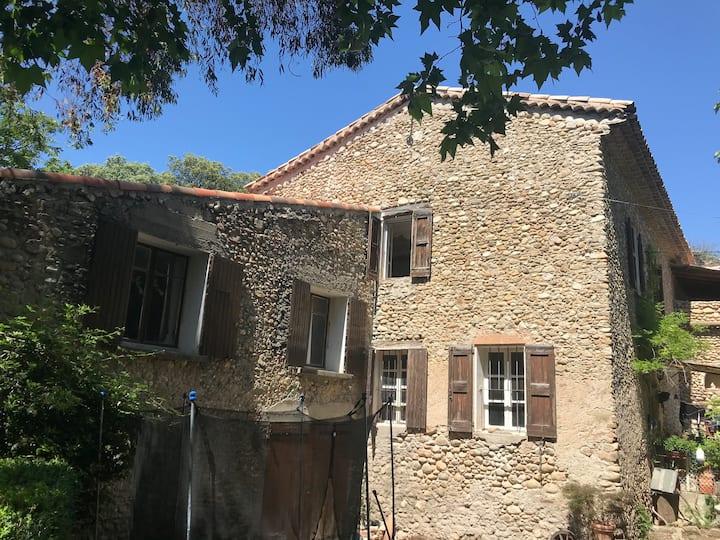 Chambre de caractère dans un hameau du XVe siècle