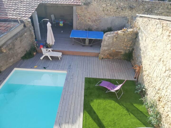 Maison de ville avec parking privé et piscine