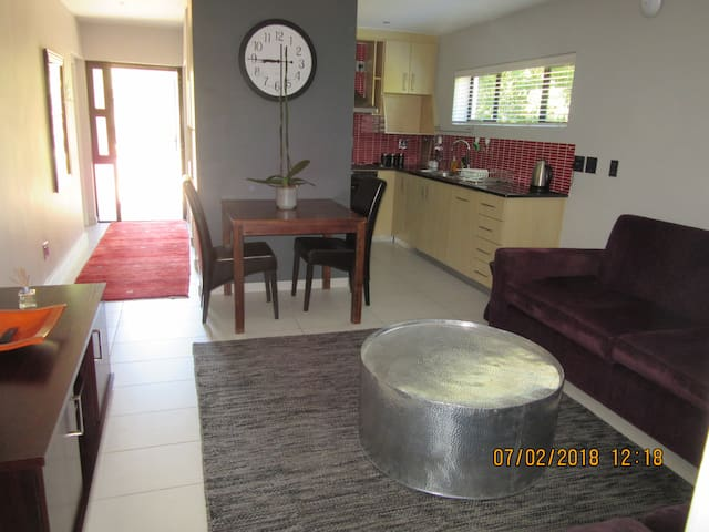 West Wing- Peaceful and Private Apartment