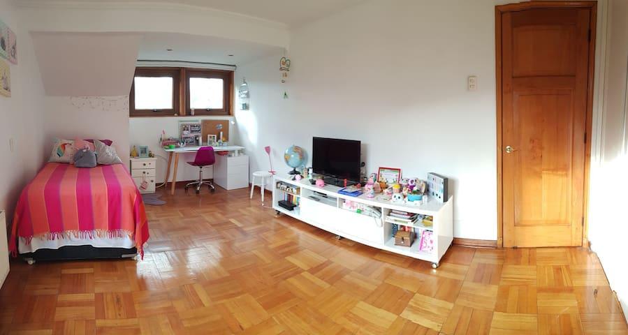 Amplia habitación amoblada en casa de familia .